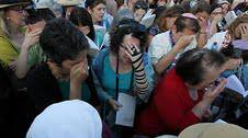 Rabbi Julie Gordon praying with Women of the Wall